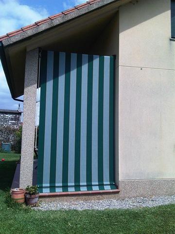 Toldo cortina tapando el lateral de un porche para aprovecharlo mejor cuando caen las temperaturas