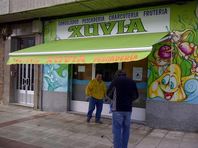La frutería-pescadería Xuvia nos ha encargado la confeccióon e instalación de su nuevo toldo modelo Xacobeo