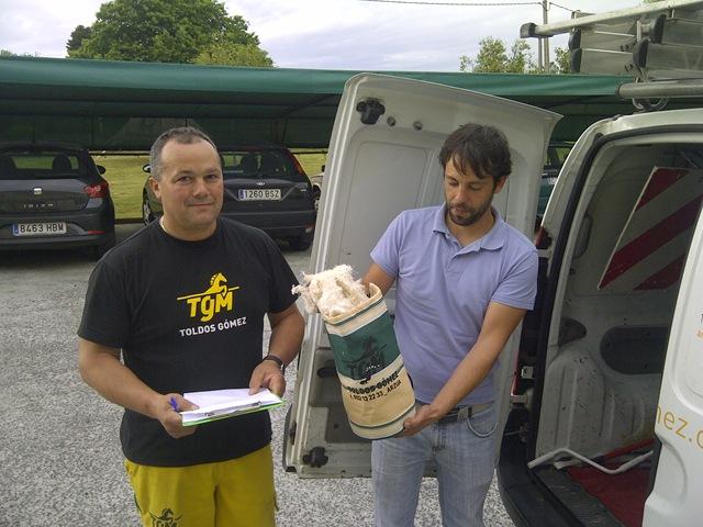 """Trabajadores de TGM recogiendo y entregando hilas para los posibles derrames de sustancias peligrosasa de los """"vehículos"""""""