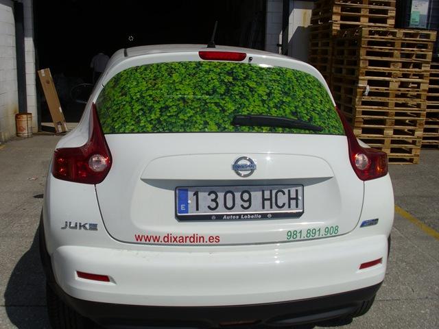 Parte trasera del coche de Dixardín impreso en vinilo microperforado que permite una correcta visibilidad al conductor