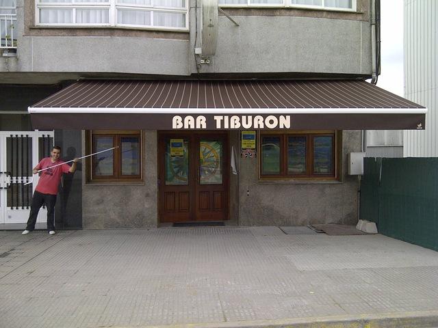 Bar Tiburón también se ha decidido por un toldo de este color tan de moda