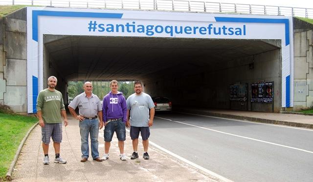 Trabajadores de TGM encargados de instalar la lona de #santiagoquerefutsal
