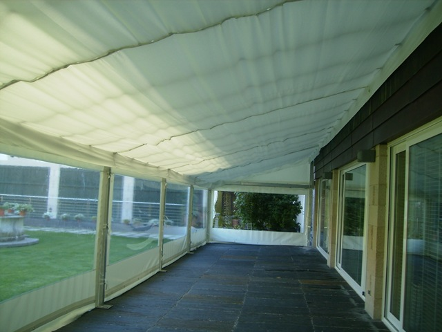 En los laterales se han colocado siete toldos cortina con riel superior para que sea más fácil abrirlos y dejar entrar el solecillo
