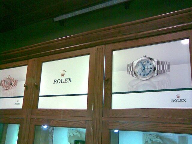 Vinilos decorativos en impresión digital colocados por profesionales de TGM en la Joyería Rolex