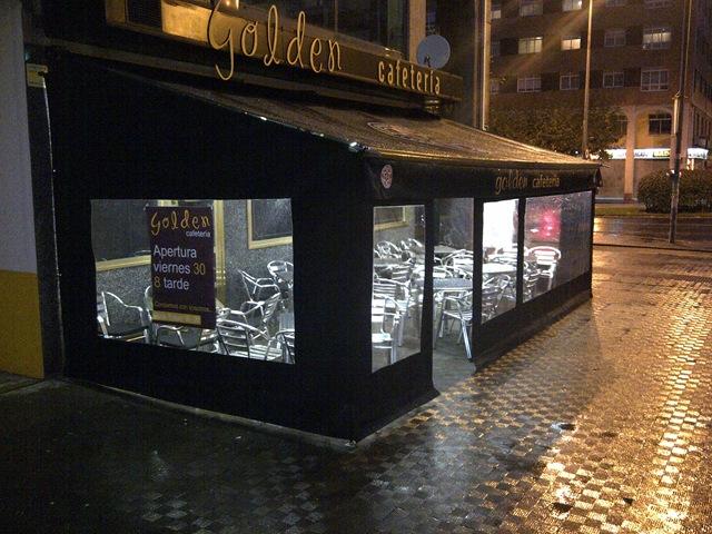Cafetería Golden (Ferrol) han decidido cubrir su terraza para poder disfrutarla incluso los días lluviosos como el de la imagen