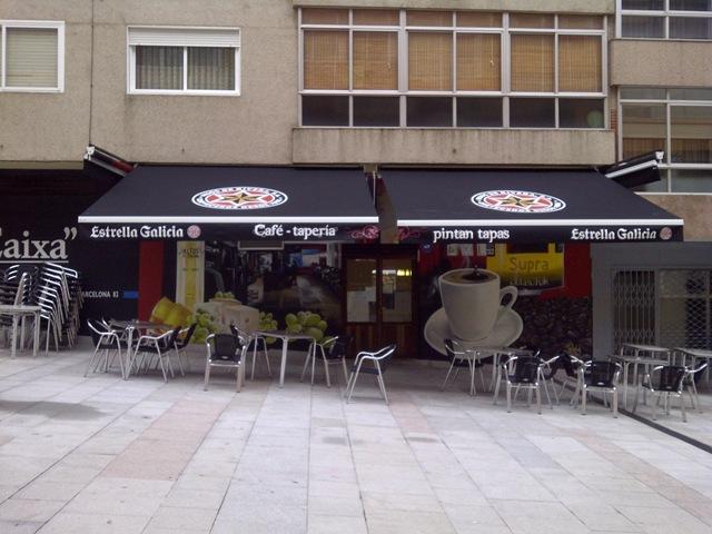 En la Cafetería Pintan Tapas (Vigo) se han colocado dos toldos de brazos invisibles modelo Arzúa