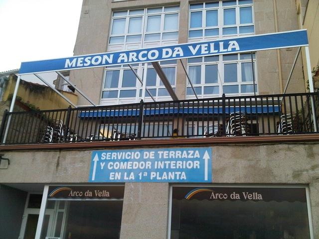 En el Mesón Arco da Vella (Finisterre) se ha colocado una estructura para cubrir la terraza con un toldo modelo Umia