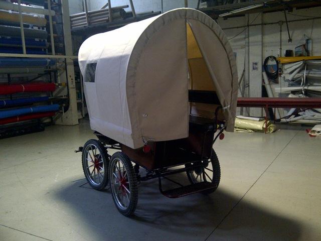 Típico coche de caballos del Oeste, no le falta detalle, lona abierta en la parte trasera y ventanitas en los laterales