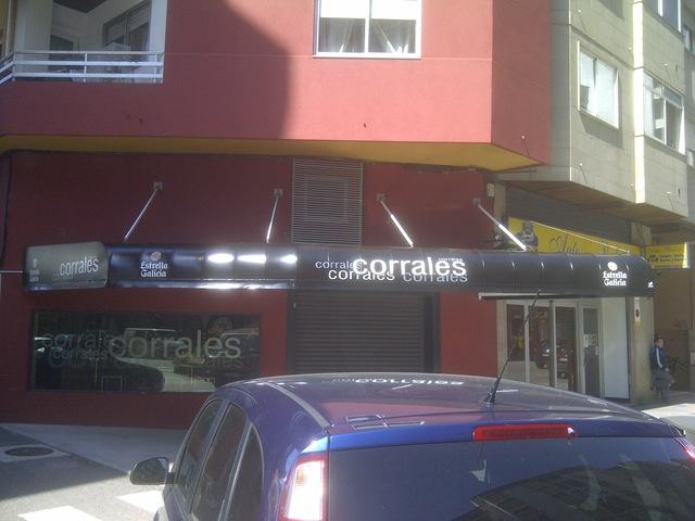 Esta capota tiene forma irregular y está rotulada con el nombre de la Cafetería Corrales