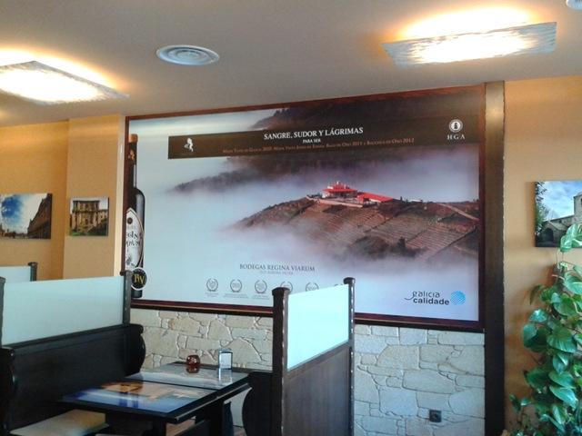 En la Cafetería Galaicos (Arca-O Pino) se han instalado vinilos en impresión digital y laminados para una mayor protección frente a manchas o rayaduras
