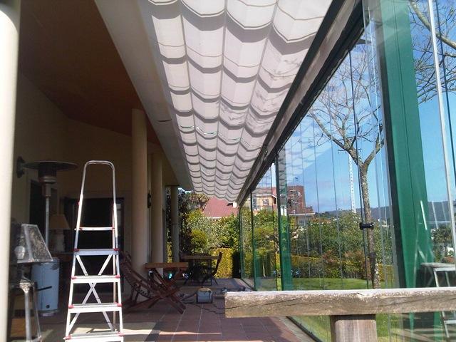 Toldo modelo Umia para protegerse del sol en las horas del día en las que este más incide sobre la estancia