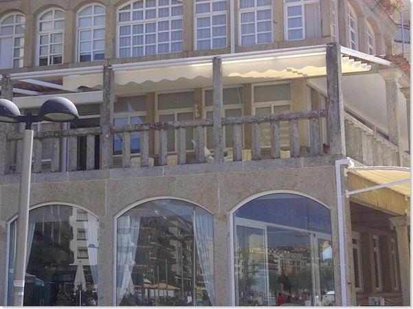 Se ha cubierto la terraza superior con un toldo modelo Umia para proteger a sus clientes de los rayos solares