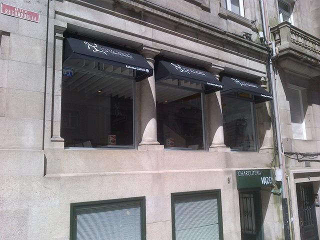 Se le han colocado una capota en cada ventana para evitar que los rayos solares molesten a sus clientes mientras se relajan tomando algo
