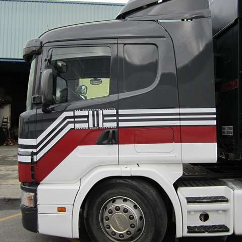 Cabina del camión de EME Sports rotulada con vinilo adhesivo