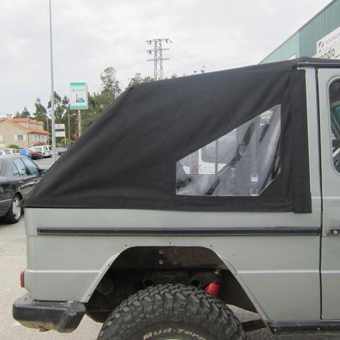 Lateral de la capota del pick up confeccionada a medida en acrílico negro resinado con ventana de plástico transparente