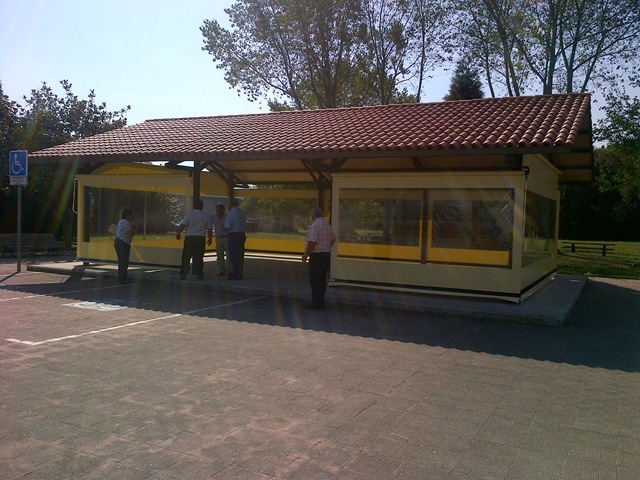 Estructura cerrada con siete toldos cortina de lona PVC con ventanas en lona transparente y tornillería y anclajes de acero inoxidable