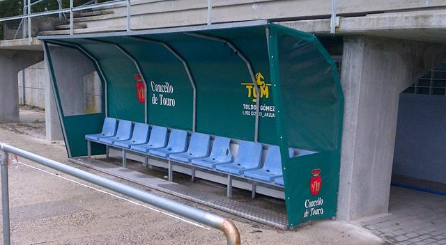 Banquillo del campo de fútbol del Concello de Touro