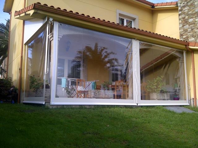 Toldo cortina totalemente encajado en este porche para sacarle más provecho en invierno