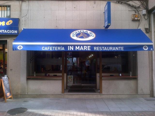 Toldo modelo Arzúa colocado en la Cafetería-restaurante In Mare (Pontevedra)
