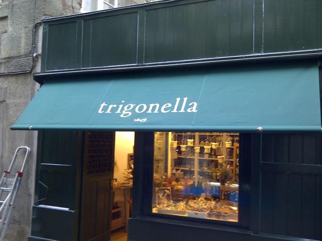 Toldo modelo Punto Recto colocado en Trigonella, una tienda de delicatessen de Santiago de Compostela