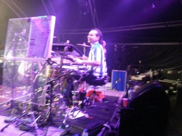 El batería en pleno concierto