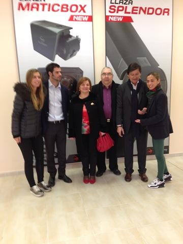 Antonio Gómez y esposa junto a los responsables de Llaza S.A.