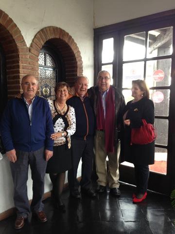Antonio Gómez y esposa junto al fundador de Llaza y al propietario de Protección Solar S.A.