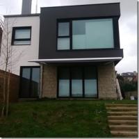 Una casa moderna, un toldo clásico.